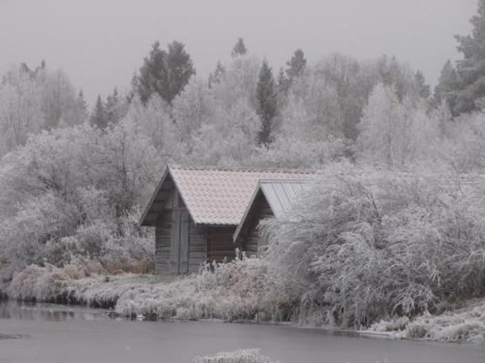 09 båthusen omringade av frost
