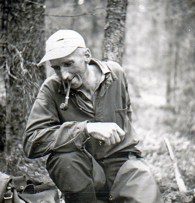 17-Pappa-i-skogen-i-boerjan-av-60talet-2.jpg